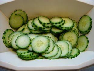 Salade concombres-tomates muticolores : Photo de l'étape 4