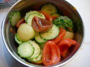 Salade concombres-tomates muticolores : Photo de l'étape 7
